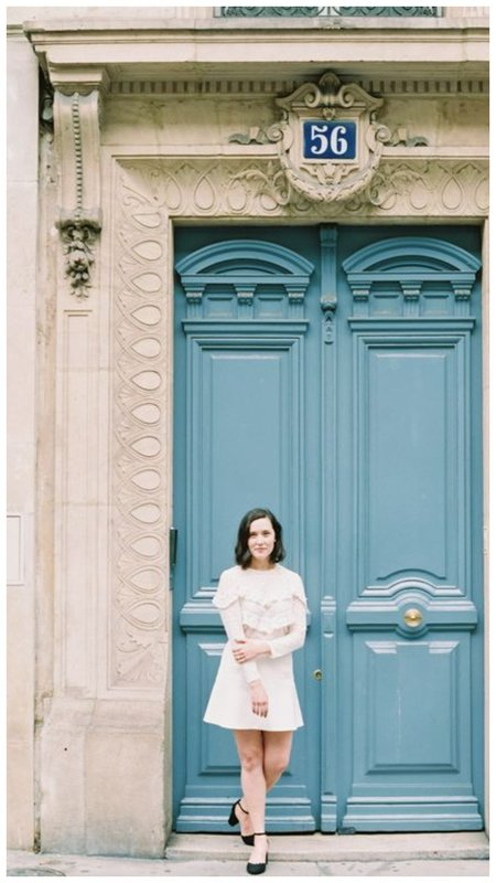 Фото на фоне огромных дверей пример