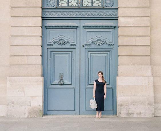 Фото на фоне больших дверей