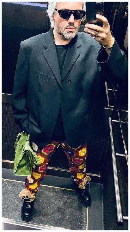 Александр Рогов в штанах с цветочками