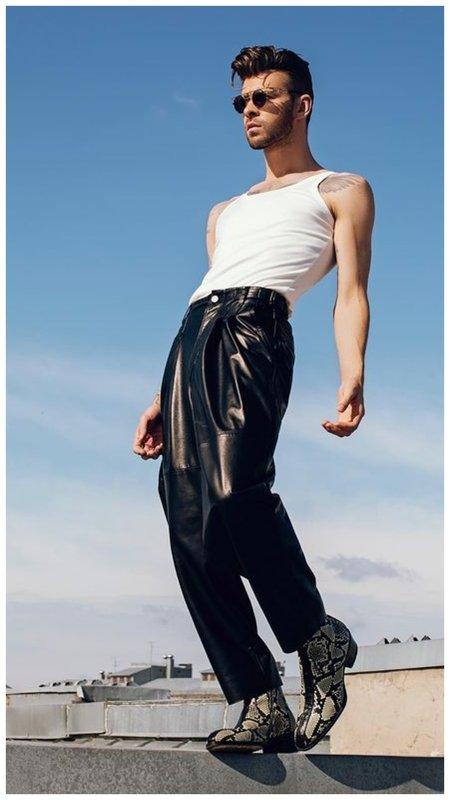 Макс Барских в кожаных брюках