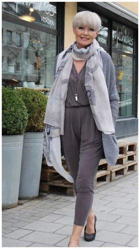 Женщина с короткой стрижкой и шарфом