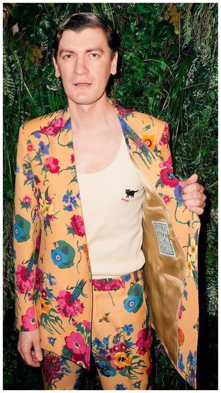 Гудков в костюме с цветочным принтом