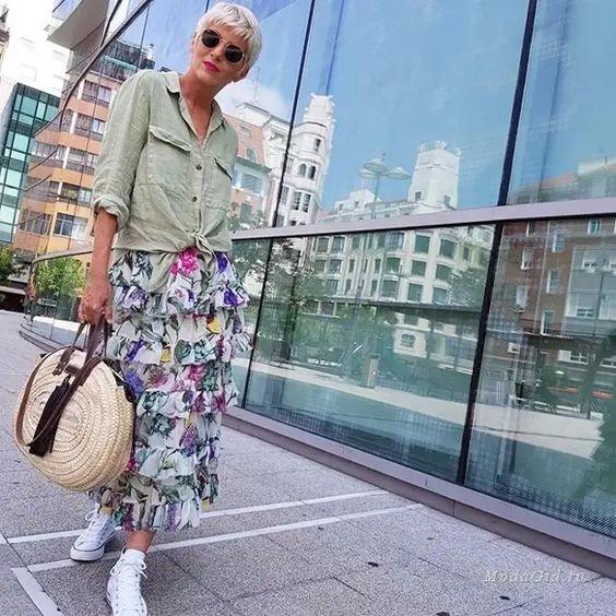 С чем носить соломенную сумку в городе женщине 50+