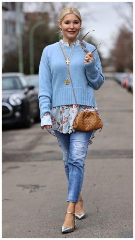 Многослойный образ с джинсами для женщины 50+ фото