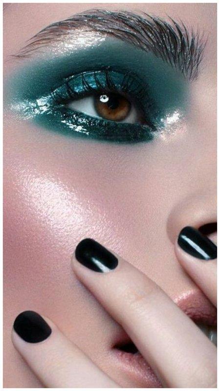Яркий макияж глаз с мокрым эффектом