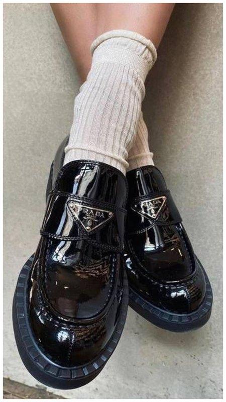 Белые носки и лоферы