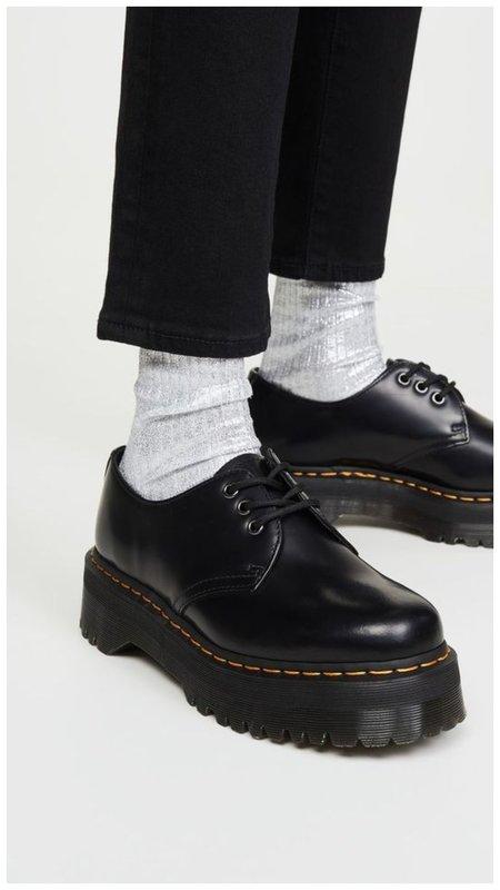 Серые носки с ботинками