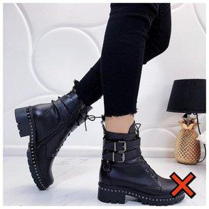 Немодные ботинки с ремешком