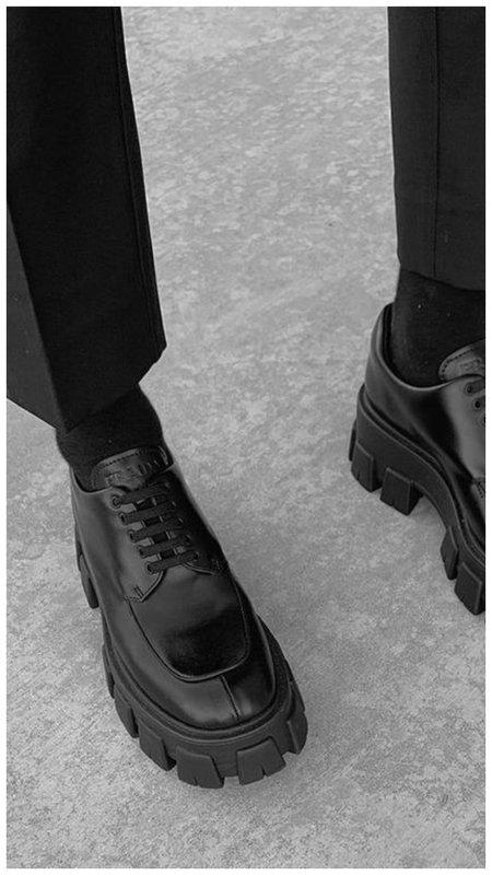 Черные носки с ботинками