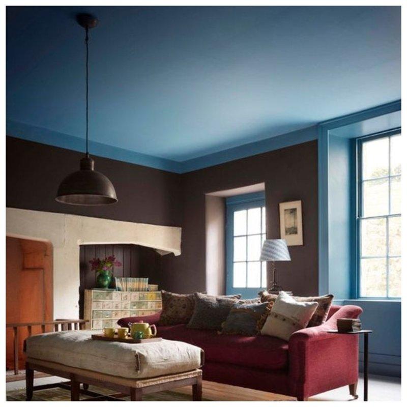 Синий потолок в комнате